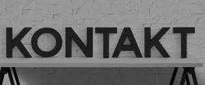 Kontakt - Buchstaben auf Bürotisch - Banner - black and white